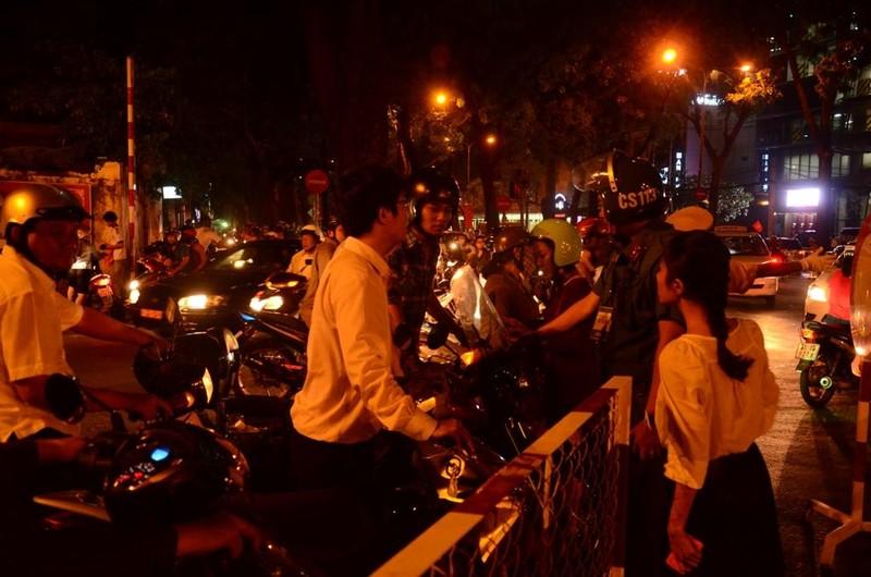 Đêm đầu tiên cấm xe, người dân không biết đường về nhà - ảnh 4