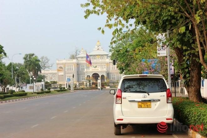 Giật mình với xe ô tô xịn biển đẹp... để ngoài đường ở Lào