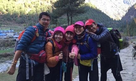 Nhóm 5 người Việt chụp ảnh tại Nepal hôm 23/4. Ảnh: Zing