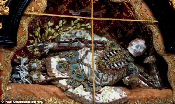 Mục kích những hài cốt phủ đầy châu báu trăm năm - ảnh 7