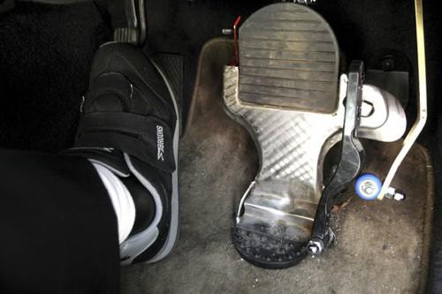Sử dụng giày trùm kín chân khi lái xe