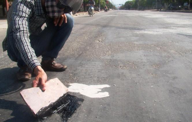 Nhựa chảy loang lỗ trên mặt đường - Ảnh: Văn Định