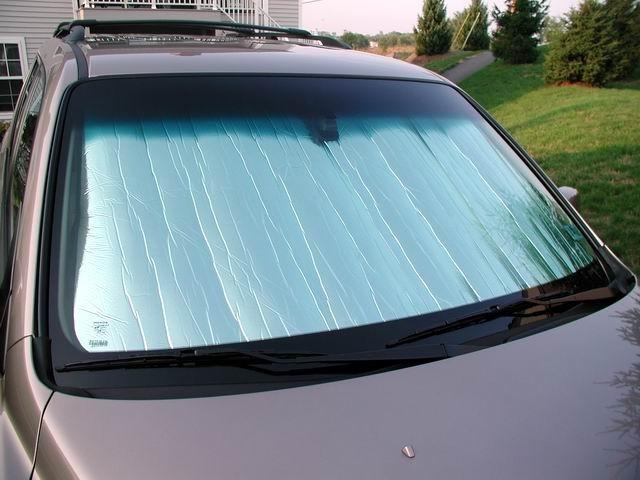 Tấm chắn nắng có tác dụng tốt, bảo vệ nội thất khi đỗ xe dưới trời nắng trong thời gian dài.