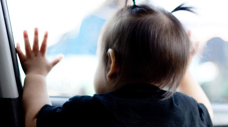 """Trời nắng nóng, đừng """"bỏ quên"""" trẻ trên ôtô"""