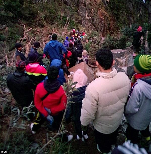 Malaysia 'cáo buộc' du khách khỏa thân chụp ảnh gây động đất - ảnh 4