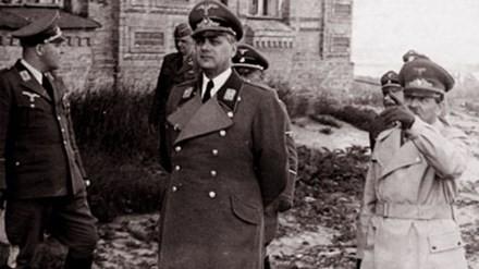 E. Koch và A. Rosenberg thị sát tòa lâu đài Ordensburg khi Phòng hổ phách mới được chuyển đến cất giấu.