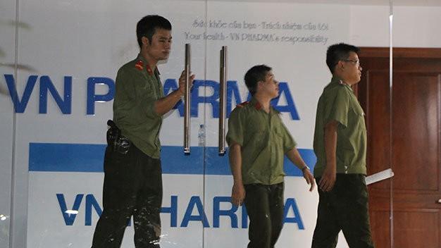 Lực lượng an ninh khám xét tại trụ sở Công ty VN Pharma trên đường 3-2, P.14, Q.10, TP.HCM - Ảnh: Gia Minh
