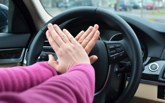 Bóp còi xe bằng ngón tay hay bàn tay ? - ảnh 1