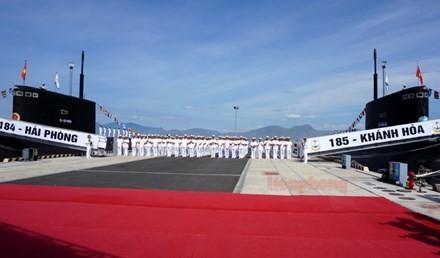 Tàu ngầm 184 – Hải Phòng và tàu ngầm 185 – Khánh Hòa tại buổi lễ thượng cờ.