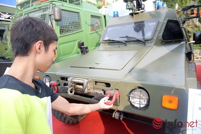 Cận cảnh xe chống đạn RAM-MKIII của lực lượng an ninh Việt Nam - ảnh 9