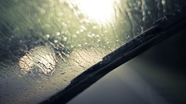 Tại sao kính râm có thể giúp lái xe an toàn hơn khi trời mưa? - ảnh 1
