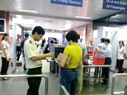 Nhân viên an ninh hàng không kiểm tra giấy tờ nhân thân hành khách đi máy