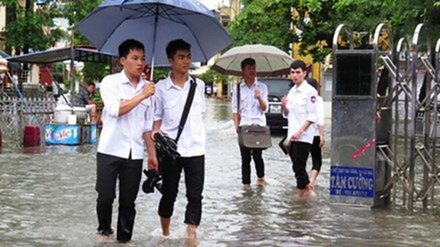 Trận mưa kéo dài 3 tiếng sớm nay biến nhiều tuyến phố Hải Phòng thành sông. Ảnh: Giang Chinh.