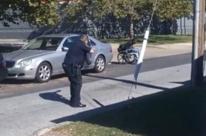 Mỹ lại chấn động sau vụ cảnh sát bắn người da đen trên xe lăn - ảnh 1
