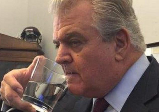 Nghị sĩ Mỹ lấy trộm ly nước thừa của Giáo hoàng - ảnh 1