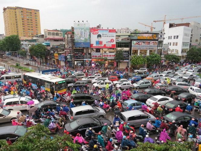 ... và một cơn 'lũ' ùn tắc giao thông ở Hà nội trong mưasáng 8-9 tại giao lộ Nguyễn Phong Sắc - Cầu Giấy - Trần Thái Tông - Ảnh: M.QUANG