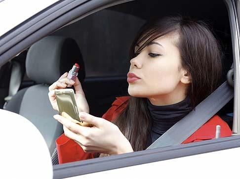 Những lỗi nên tránh khi đang lái xe - ảnh 2