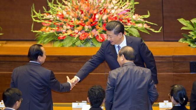 Ông Tập Cận Bình bắt tay một số đại biểu Quốc hội Việt Nam - Ảnh: Việt Dũng