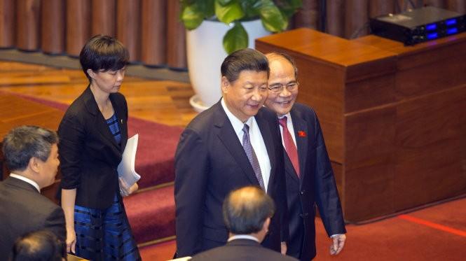 Chủ tịch Quốc hội Nguyễn Sinh Hùng (phải) thay mặt Quốc hội đón ông Tập Cận Bình - Ảnh: V.Dũng