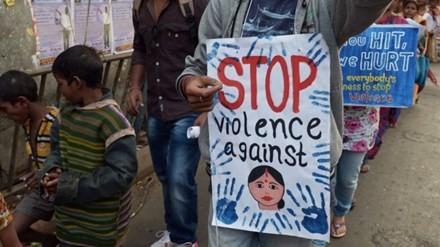 Hàng loạt các cuộc biểu tình nổ ra nhằm phản đối bạo lực tình dục nhằm vào phụ nữ, trẻ em ở Ấn Độ. Ảnh: BBC