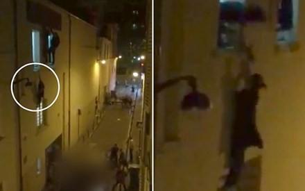 Hình ảnh bà bầu liều mình đu người ở cửa sổ để tránh những tay súng và người đàn ông dũng cảm giúp cô. Ảnh: Telegraph