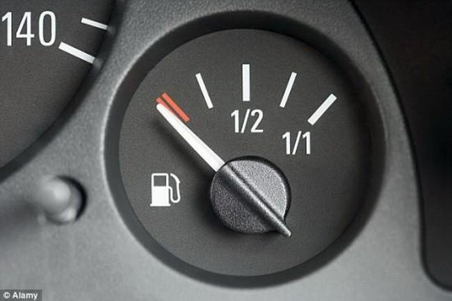 Nguy hiểm khi đi xe ôtô để bình xăng quá cạn - ảnh 1