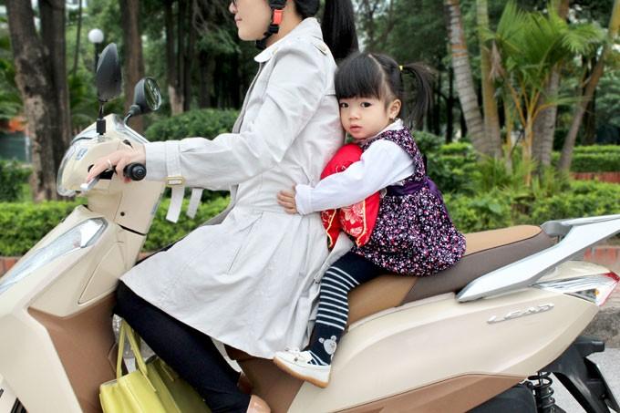 7 điều lưu ý an toàn khi chở bé đi xe máy - ảnh 2