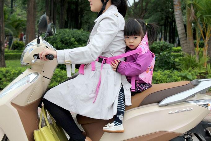 7 điều lưu ý an toàn khi chở bé đi xe máy - ảnh 3