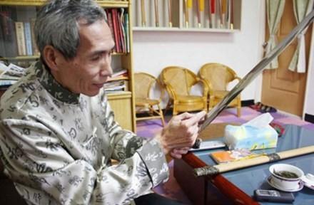Chen Shih-Tsung cùng với một trong những thanh bảo kiếm của mình.