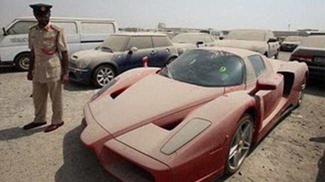 Cảnh sát không thể bán chiếc Ferrari Enzo phủ bụi nổi tiếng - ảnh 1