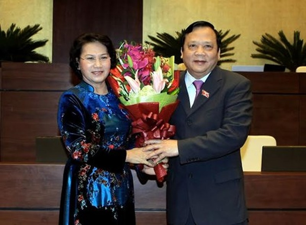Chủ tịch Quốc hội Nguyễn Thị Kim Ngân tặng hoa cho Nguyên Phó chủ tịch Quốc hội Huỳnh Ngọc Sơn. Ảnh Như Ý.