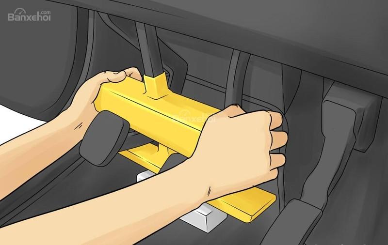 Ngoài khóa cửa xe, bạn có thể sử dụng các thiết bị cố định như chốt vô-lăng hay khóa bàn đạp