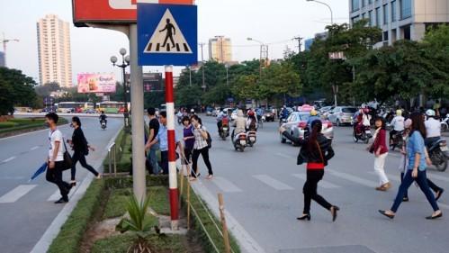 Người đi bộ vi phạm luật giao thông, bị phạt thế nào? - ảnh 1