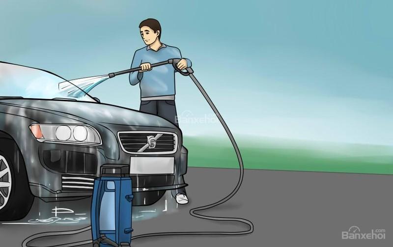 Nếu có thể, bạn nên dùng vòi xịt với áp suất nước lớn để rửa xe