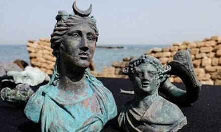 Tượng Nữ thần Mặt trăng Luna (bên trái) và tượng Nữ thần rượu Dionysus. Ảnh: Mirror