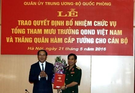 Chủ tịch nước Trần Đại Quang trao quyết định bổ nhiệm cho Trung tướng Phan Văn Giang. Ảnh: QĐND.