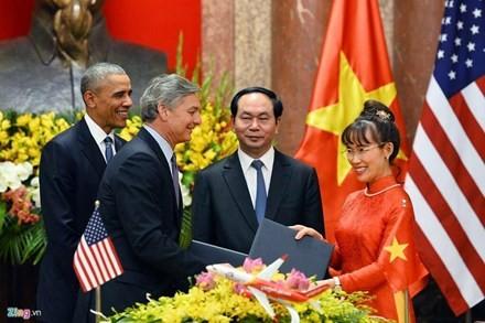 Chủ tịch nước Trần Đại Quang và Tổng thống Mỹ Barack Obama chứng kiến lễ ký kết giữa Tổng giám đốc điều hành của Vietjet Air Nguyễn Thị Phương Thảo và đại diện Tập đoàn Boeing.