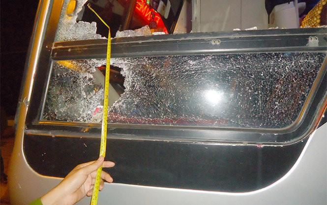 xe khách bị ném đá