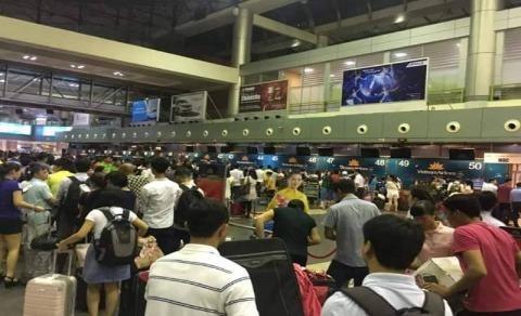 Ùn tắc sân bay Nội Bài tối ngày 29-7. Ảnh: Phi Hùng