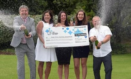 Gia đình bà Sonia Davies đến từ Monmouth, xứ Wales, Anh đã cùng nhau chia sẻ giải thưởng xổ số EuroMillions trị giá 61 triệu bảng (tương đương hơn 1.800 tỉ đồng).