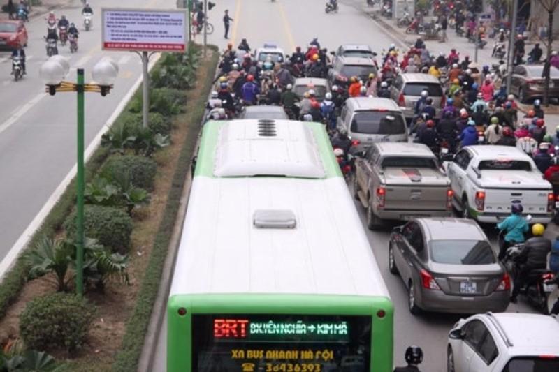 Xe máy lấn làn xe buýt nhanh bị phạt nguội 400.000 đồng - ảnh 1