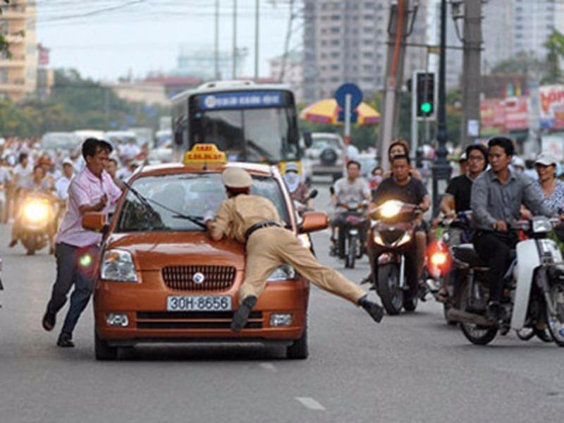 Ô tô lạng lách, đánh võng trên đường, phạt thế nào? - ảnh 1