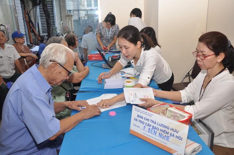 Sáu quận, huyện được chi trả lương hưu và BHXH qua bưu điện - ảnh 1