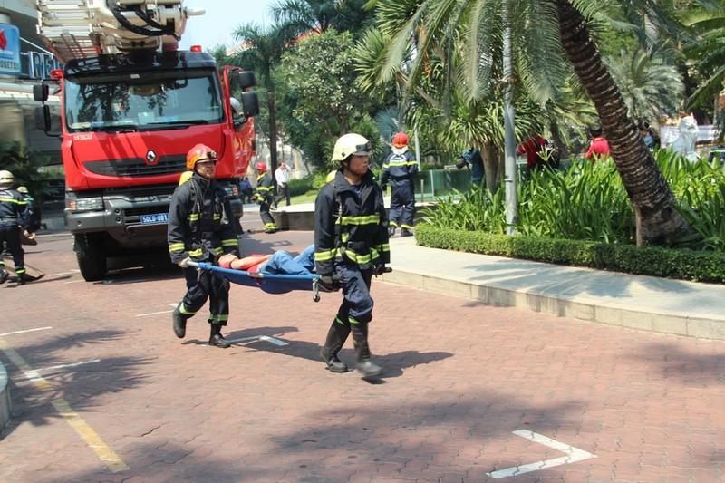 Diễn tập chữa cháy, cứu hộ trong tòa nhà 21 tầng - ảnh 9