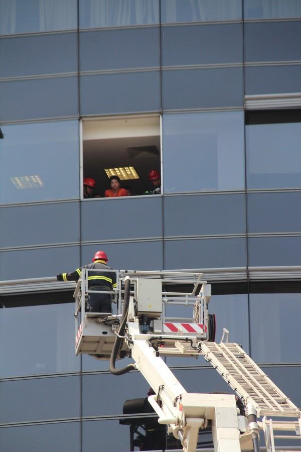 Diễn tập chữa cháy, cứu hộ trong tòa nhà 21 tầng - ảnh 11