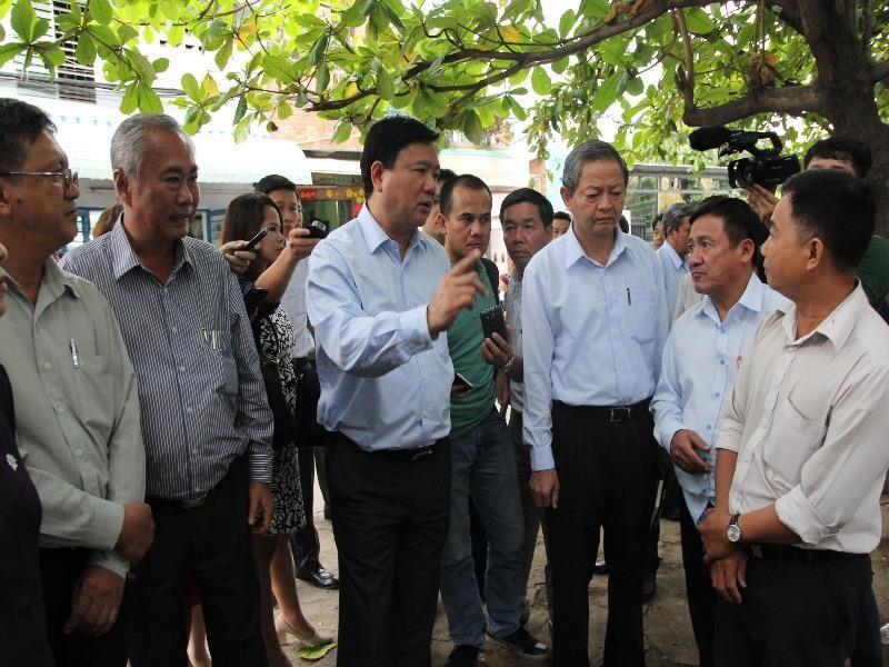 Bí thư Thành ủy Đinh La Thăng thị sát tình trạng ô nhiễm tại rạch Hóc Môn