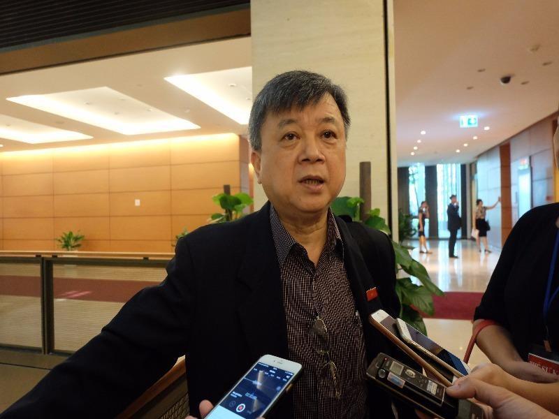 ĐBQH Trương Trọng Nghĩa trao đổi với báo chí bên hàng lang Quốc hôi sáng 26-7
