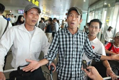 Nhóm công nhân bị chủ Trung Quốc đe dọa đánh đập đã về nước - ảnh 4