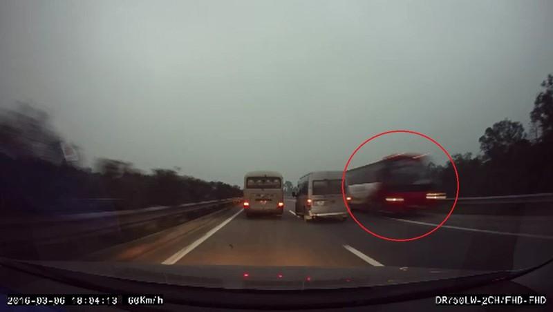 Xe khách nghênh ngang chạy ngược chiều trên đường... cao tốc - ảnh 1