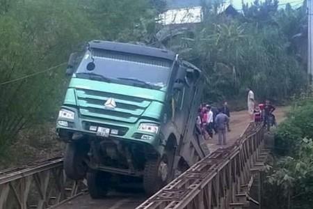 Đề nghị xử lý nghiêm vụ xe tải làm sập cầu ở Yên Bái - ảnh 1